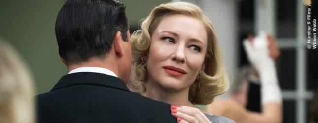 Carol (Cate Blanchett) und ihr Ehemann Harge (Kyle Chandler) tanzen.