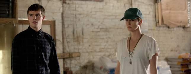 Lyle (Nicholas Hoult) und Libby (Charlize Theron) sind schockiert.