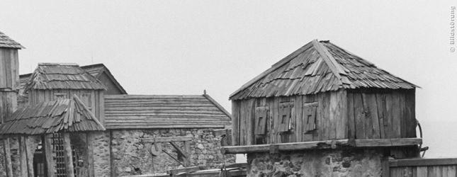 Hohe Mauern und Wachtürme dienen als Schutz vor Angreifern.