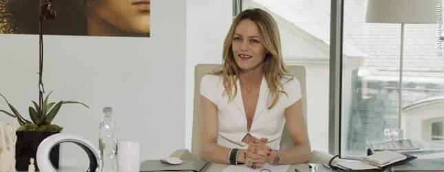 Rose (Vanessa Paradis) bei der Marktforschung in ihrem stylischen Büro.