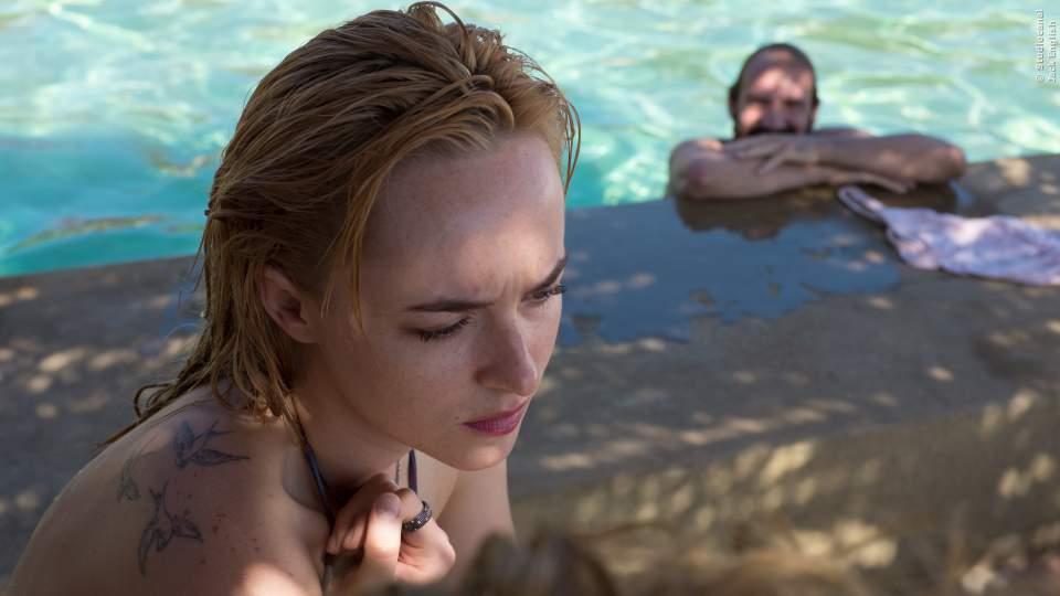 Harry (Ralph Fiennes) hat Spaß im Pool, während seine Tochter nicht ganz so glücklich aussieht.