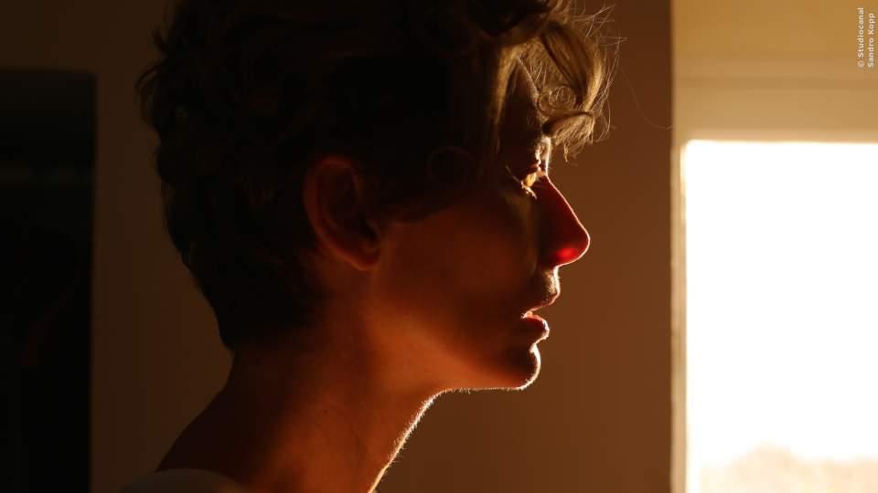Marianne (Tilda Swinton), die Mutter von Penelope, ganz nachdenklich und mysthisch in A Bigger Splash.