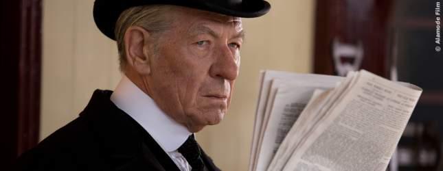 Unauffällig geht Sherlock Holmes (Ian McKellen) einer Spur nach.