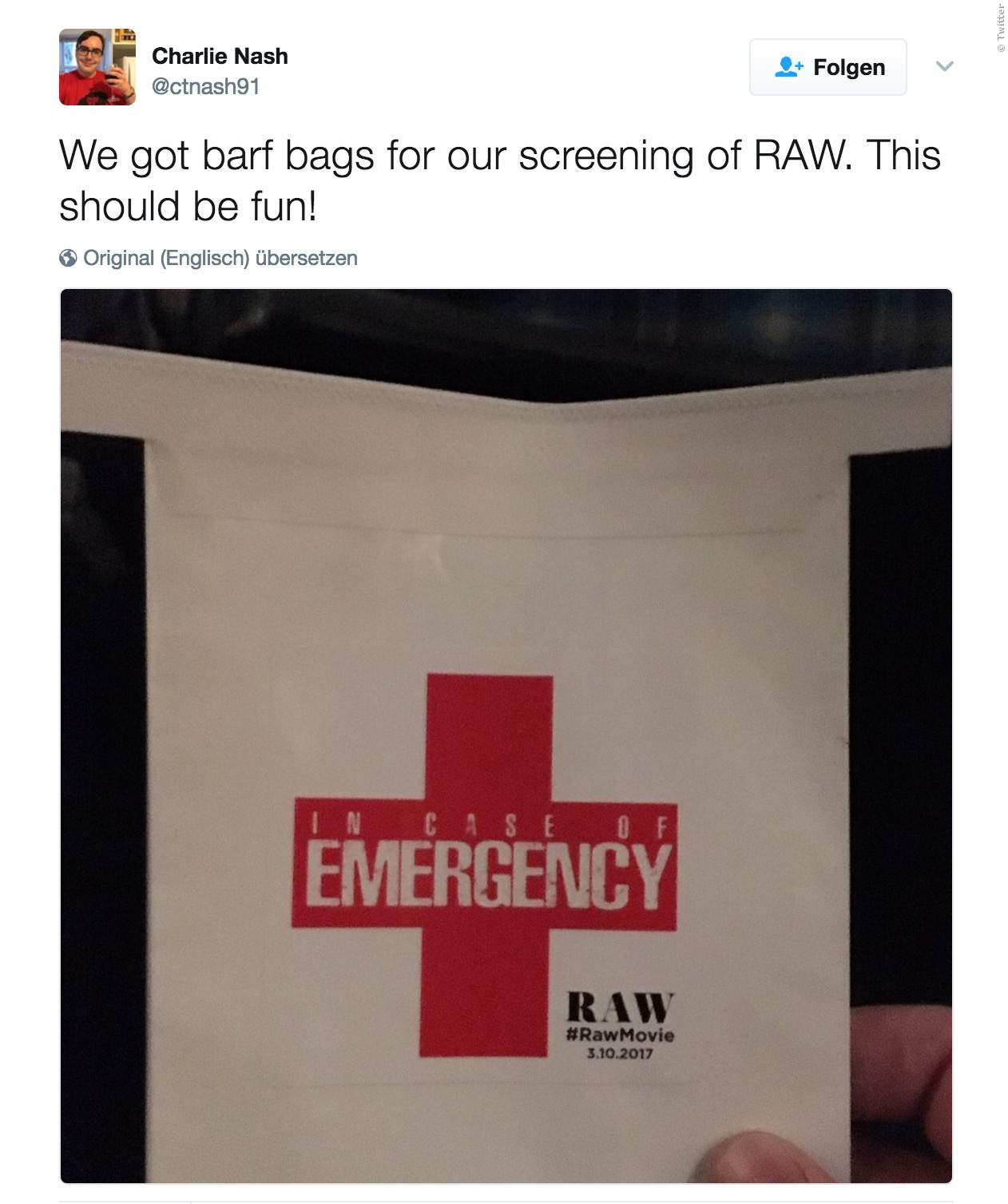 Raw: Kino verteilt Kotztüten vor dem Film - Bild 1 von 1