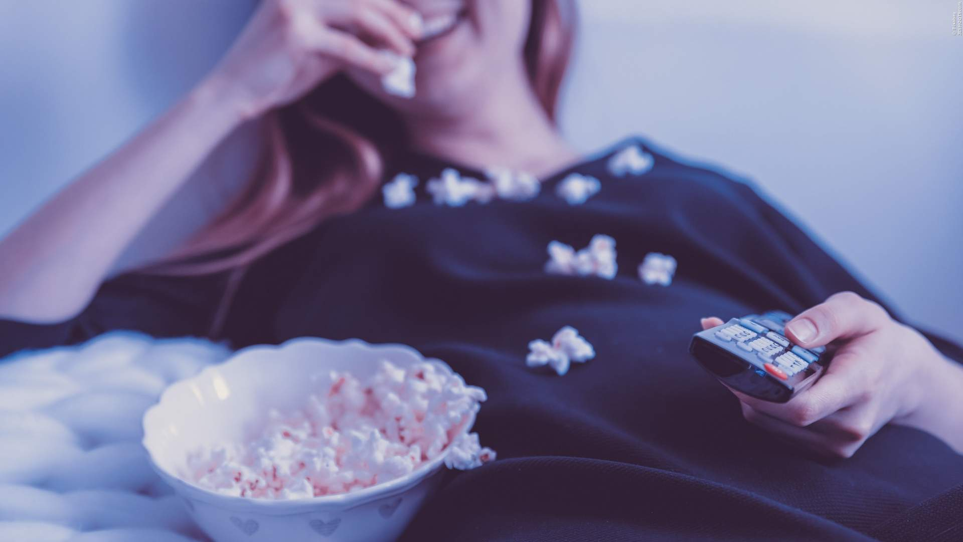 Popcorn vor dem Fernseher