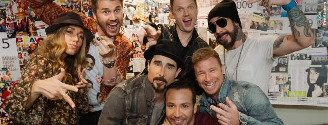 Die Backstreet Boys (rechts) mit den Moderatoren Annemarie Carpendale und Thore Schölermann (links)