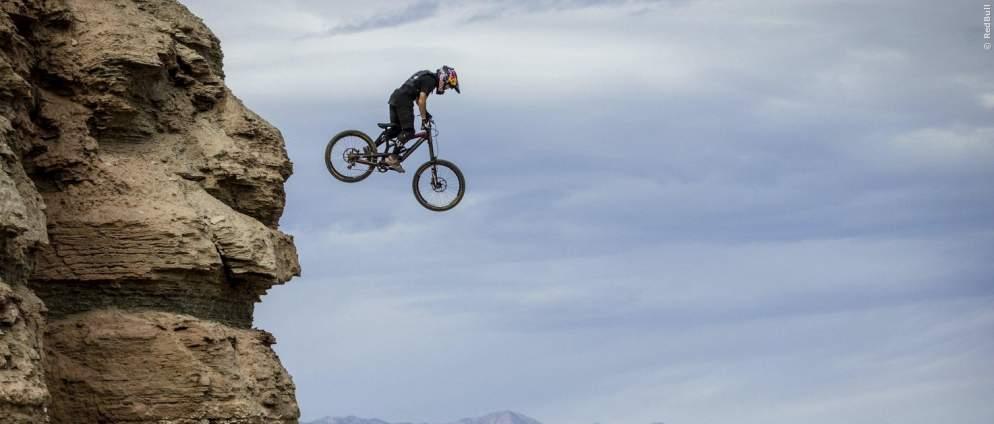 Mann gegen Berg: wahnsinnige Rad-Stunts in der Wüste