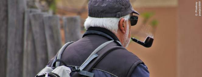 Beispielbild: Senior auf dem Weg zur Bank