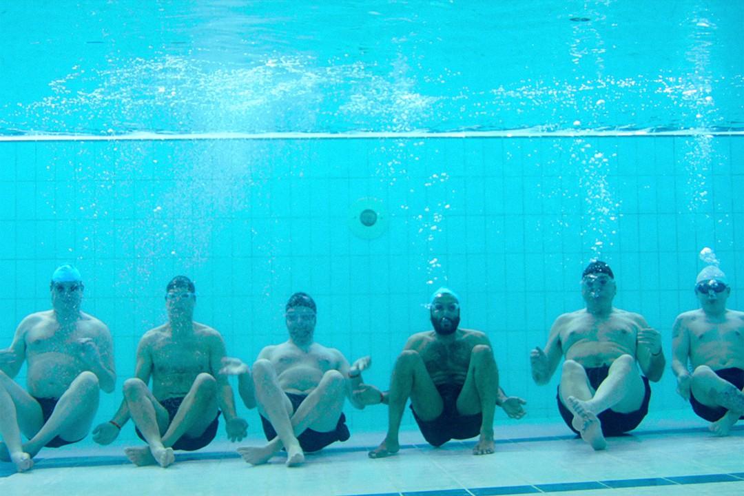 Swimming With  Men - Bild 2 von 7