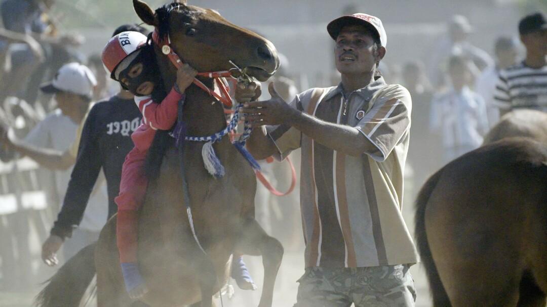 Riders Of Destiny: Wenn Kinderjockeys mit Pferderennen ihre Familie ernähren müssen - Bild 1 von 4